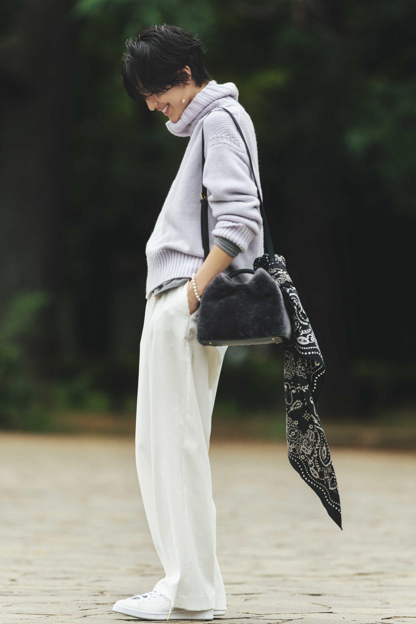 30代ファッションを着こなす神山まりあさん。タートルニットと白のワイドパンツのコーディネート。