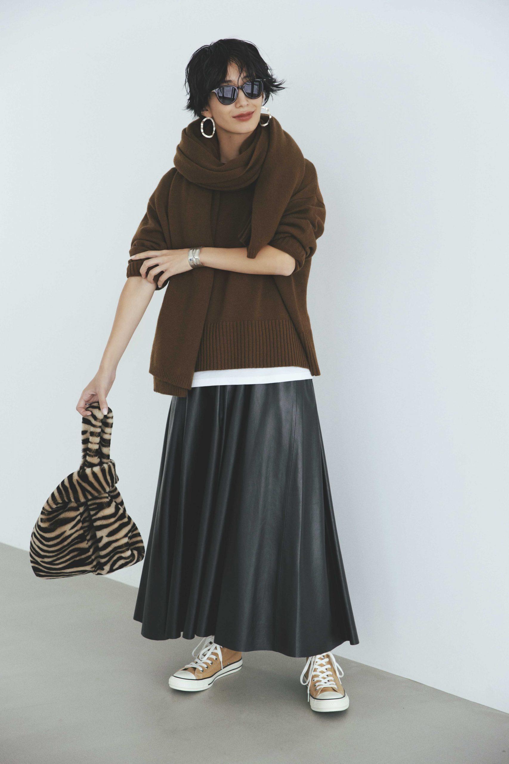 30代ファッションのお手本コーデ。ノークのニットとレザースカートをきれいめカジュアルに着るモデル神山まりあさん。