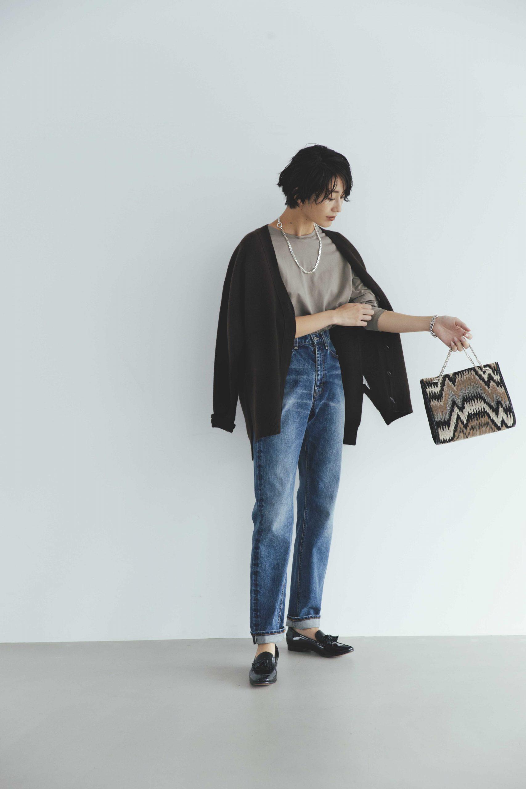 30代ファッションのお手本コーデを着こなすモデル神山まりあさん。デニム×ニットカーデのシンプル&カジュアルな着こなし。