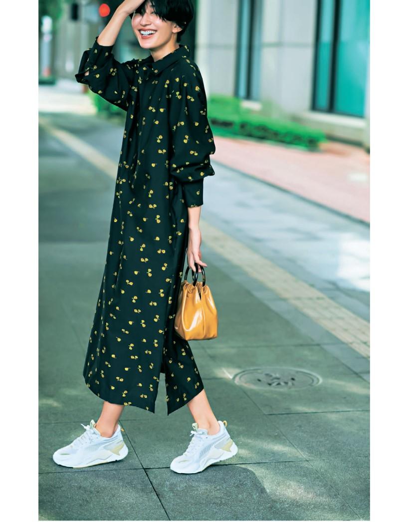30代ファッションのお手本コーデ。柄ワンピースをスニーカーでカジュアルに着こなすモデル神山まりあさん。