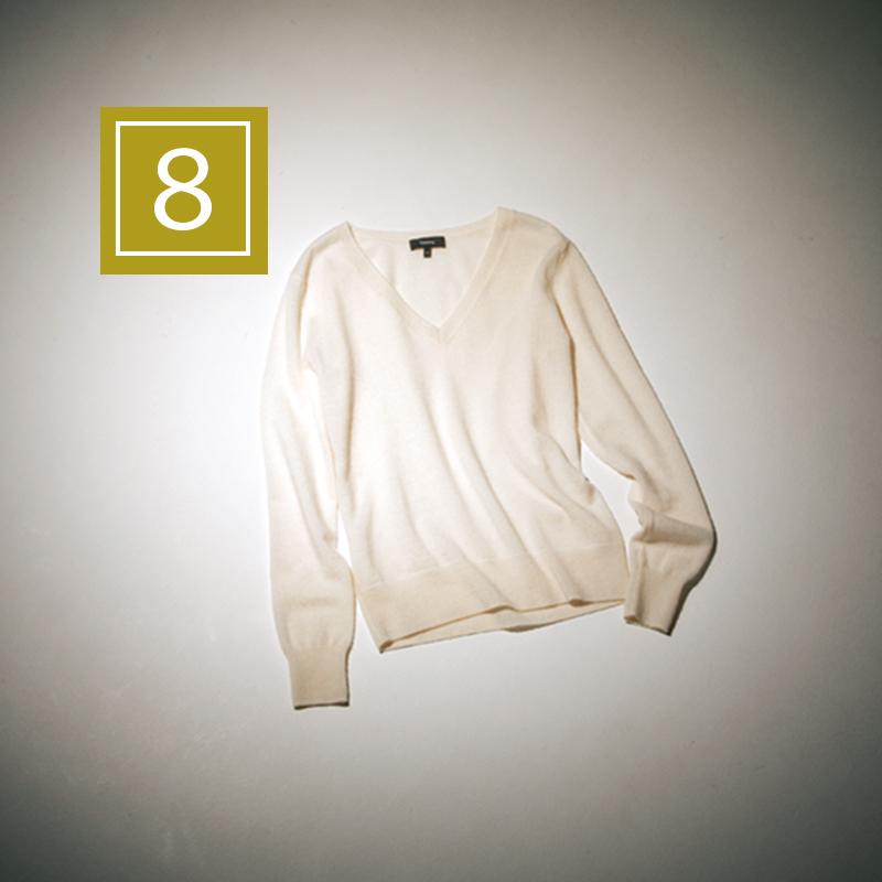 【8】カシミヤニット ベーシックなVネックニットこそ、素材にこだわりを。上質なカシミヤなら着るだけで幸福感に包まれる♡ カシミヤニット¥28,000(Theory)