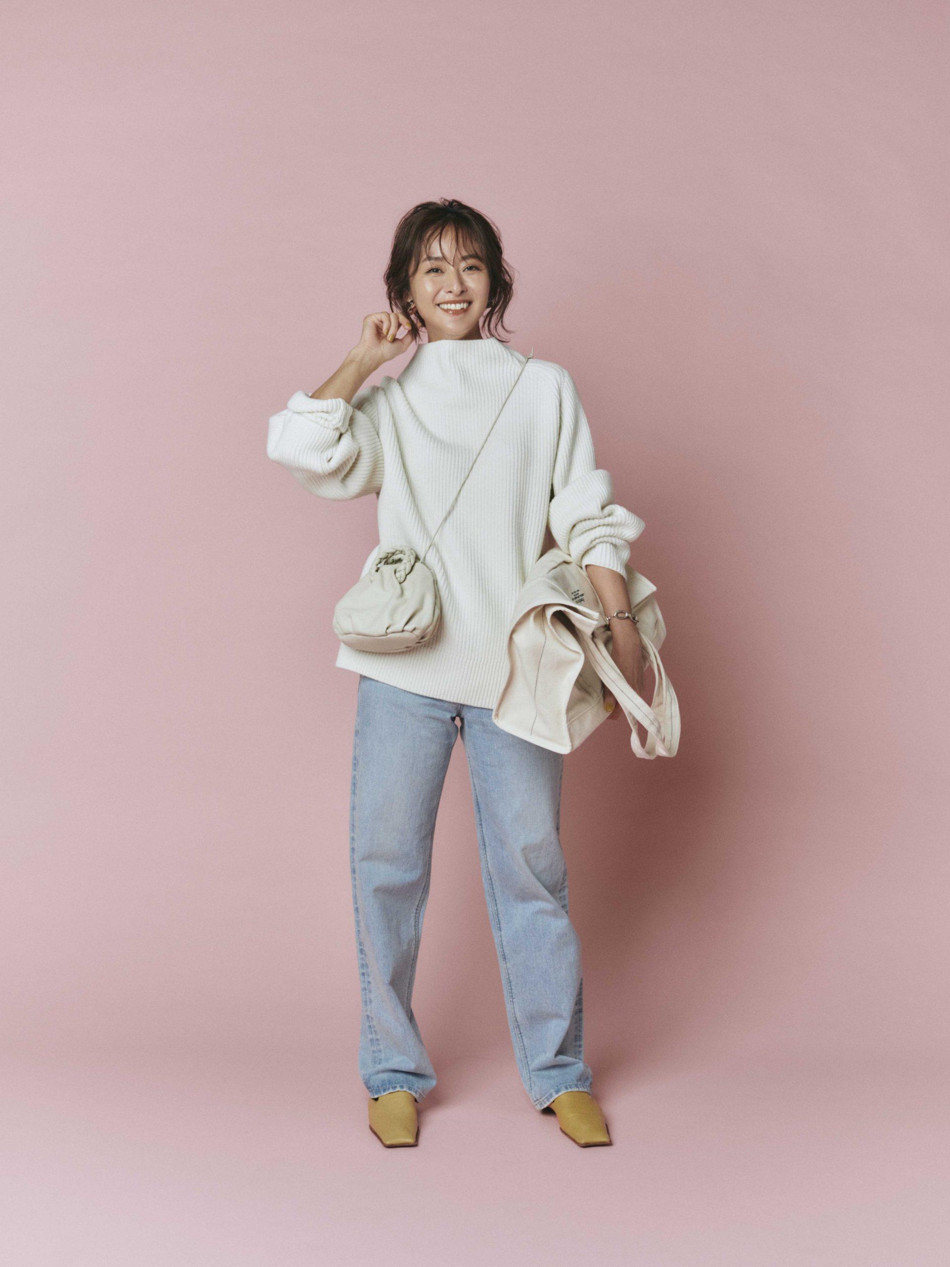 30代ファッションのお手本コーデ。モデルのクリス=ウェブ 佳子さん。ニットとデニムのシンプルきれいめコーデ。