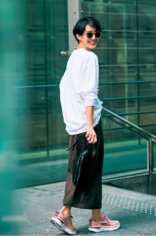 30代ファッションのお手本コーデ。スカート×スウェットのカジュアルコーデのモデル神山まりあさん。