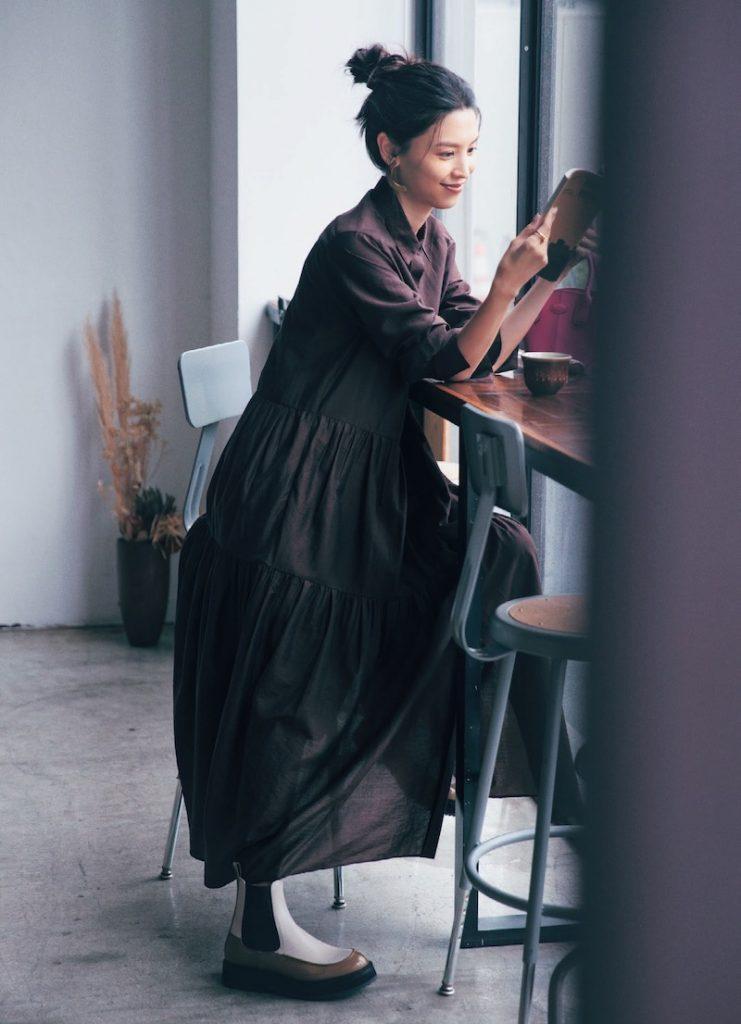 30代ファッションのお手本コーデ。エブールのワンピースを着るモデル申真衣さん。