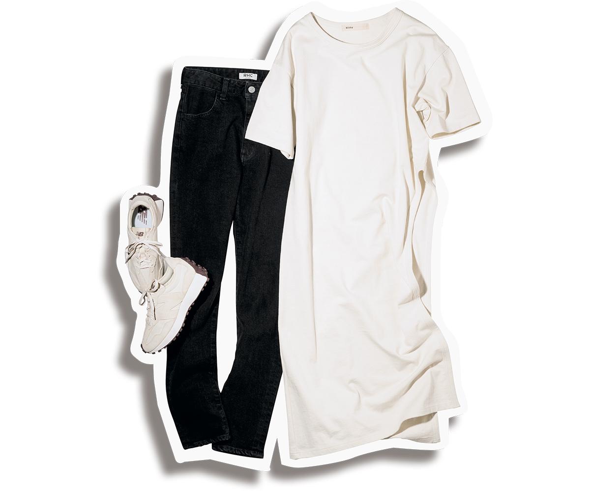 白のスリット入りTシャツワンピと黒デニムのモノトーンコーデ