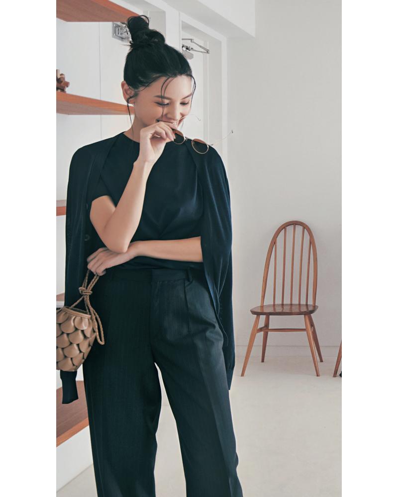 30代ファッションのお手本コーデ。スローンのカーディガンとTシャツをオールブラックできれいめに着こなすモデル申真衣さん。