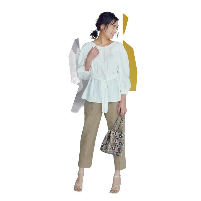 30代ファッションのお手本コーデ。モデルは青木裕子さん。ブラウスとセンタープレスパンツで通勤やきれいめに。