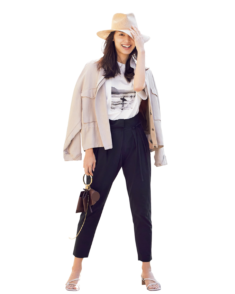 モデル申真衣(シンマイ)さん。黒のクロップドパンツ×Tシャツのきれいめカジュアルコーデ。30代ファッション。