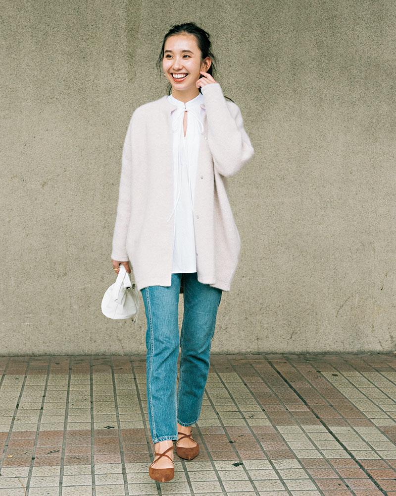 KURO(クロ) 圧倒的な美脚デニムに甘めなゆったりニットで キレイめカジュアル メイドインジャパンで有名なクロのデニムは、日本人の体型を知り尽くしたデザインで、断トツに美脚見えするんです。今年はトップスをアウトして着るのが気分なので、太ももから足先までキレイに細く見えるこのデニムはとても重宝しています。ゆったりブラウスや白ニットカーデを合わせた甘党コーデも野暮ったくならないのはデニムの抜け感のおかげです。 ニット(ELENDEEK) ブラウス(ENFÖLD)パンツ(KURO) バッグ(elle) 靴(NEBULONI E.)