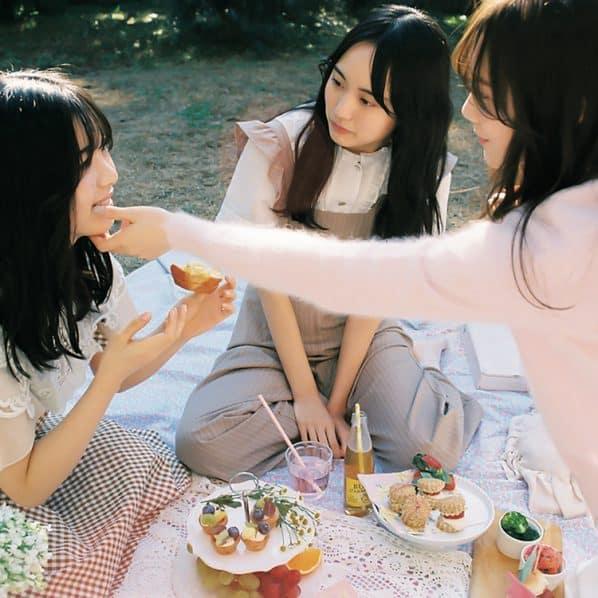 ピクニックを楽しむ賀喜遥香、田村真佑、筒井あやめ