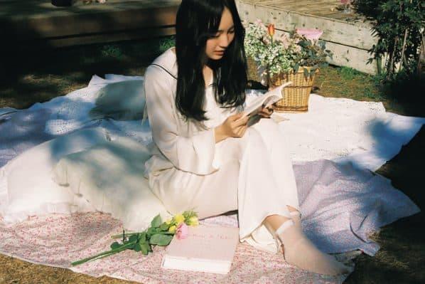 読書をする賀喜遥香