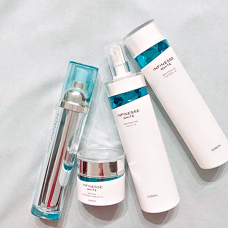 基礎化粧はアルビオンのアンフィネスホワイトをライン使い。気に入ったら買いだめする性格で、前のパッケージの物を今も使っています。