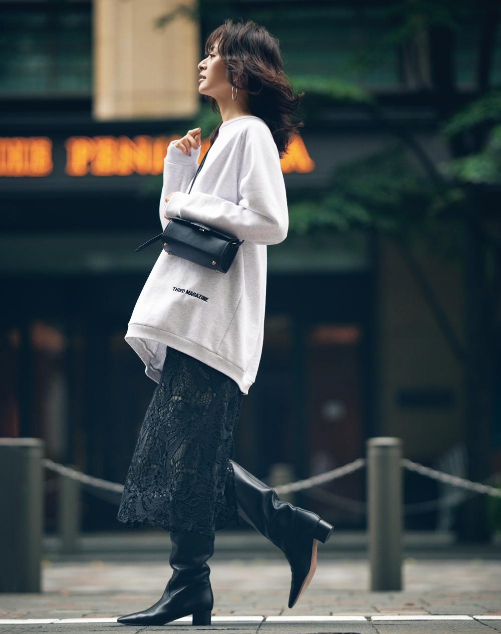 30代ファッションのお手本コーデ。モデルクリス-ウェブ 佳子さんのタイトスカートにスウェットのコーデ。