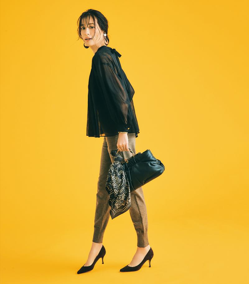 30代ファッション。モデル青木裕子さん。黒ブラウスとパンプスの30代のきれいめコーデで。