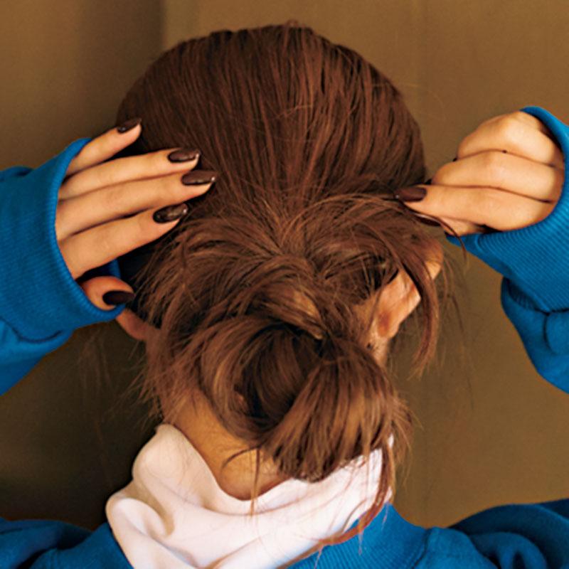 ⑤残った毛先を放射状に広げます。こうすることでゆるさが出て今っぽい印象に。
