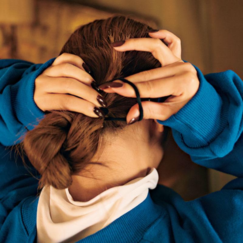 ③結んだ毛をツイストし、毛先まで行ったら、二つに折り、ゴムで結びます。