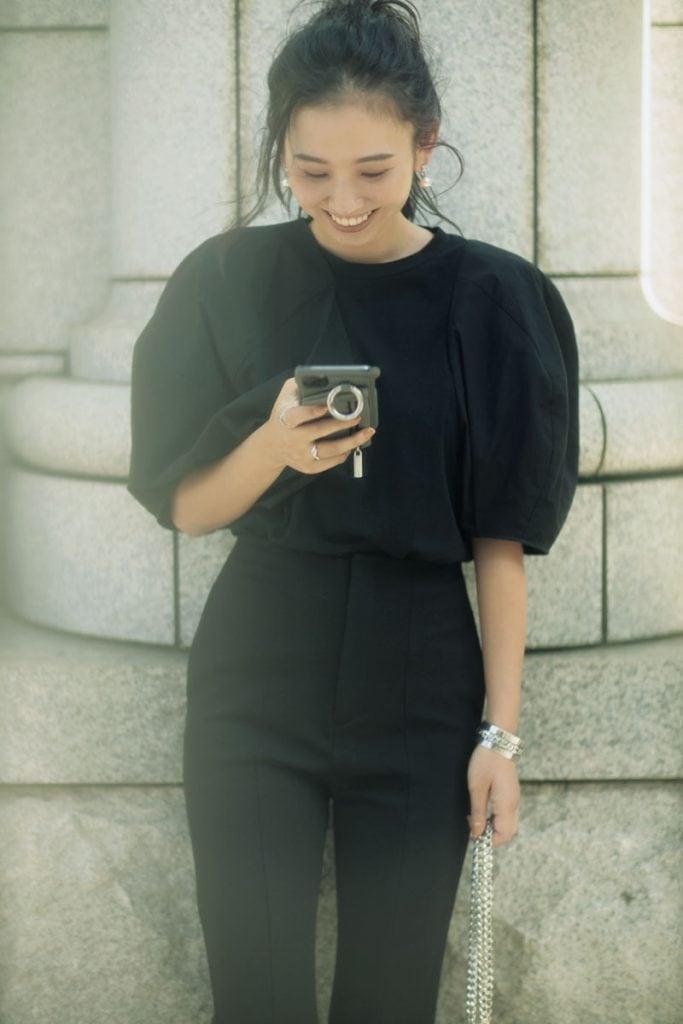 足元まで黒だとハードになりすぎそうな日はブラウンのフラットパンプスで抜け感を。今季らしいパフスリーブやスリットパンツでオールブラックの着こなしも女らしく着地。