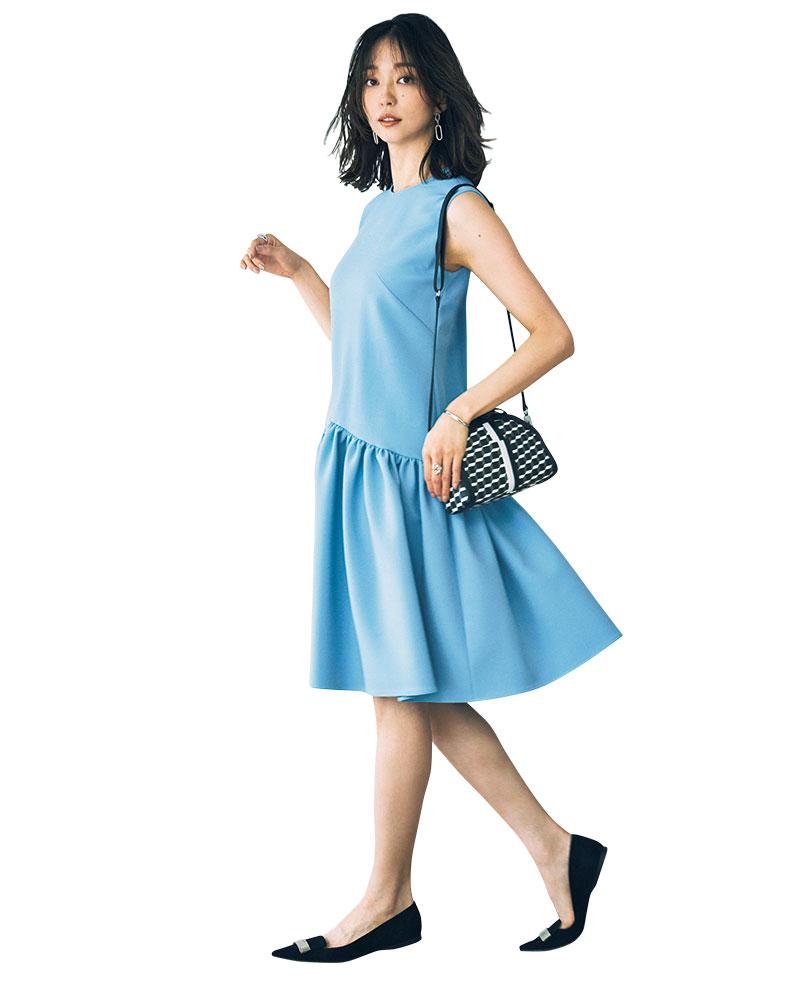 ローウエスト切り替えで表情豊かに仕上げたグッドガールなムードの一着。切り替えによる視覚効果で脚長度アップが狙えます。ワンピース¥52,000(YOKOCHAN)ピアス¥13,000〈ウノアエレシルバーコレクション〉バングル¥70,000リング[右手]¥200,000〈ともにウノアエレ〉(すべてウノアエレ ジャパン)リング[左手]¥16,000(ルフェール/UTS PR)パンプス¥93,000(セルジオ ロッシ/セルジオ ロッシ カスタマーサービス)バッグ¥71,000(ピエール アルディ/ピエールアルディ 東