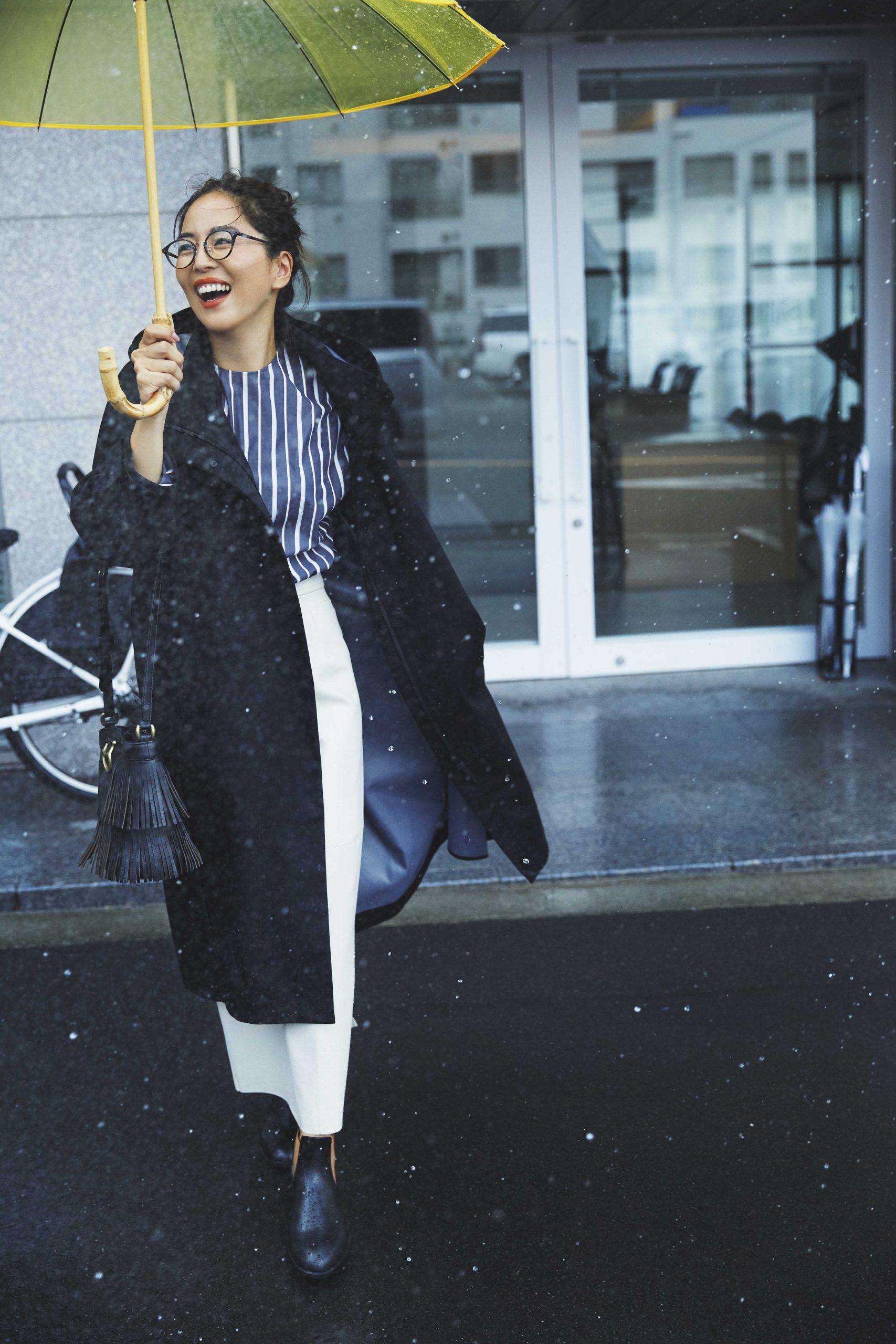 モデル鈴木六夏さん。撥水コートを着て。30代ファッション。雨の日の通勤コーデ。