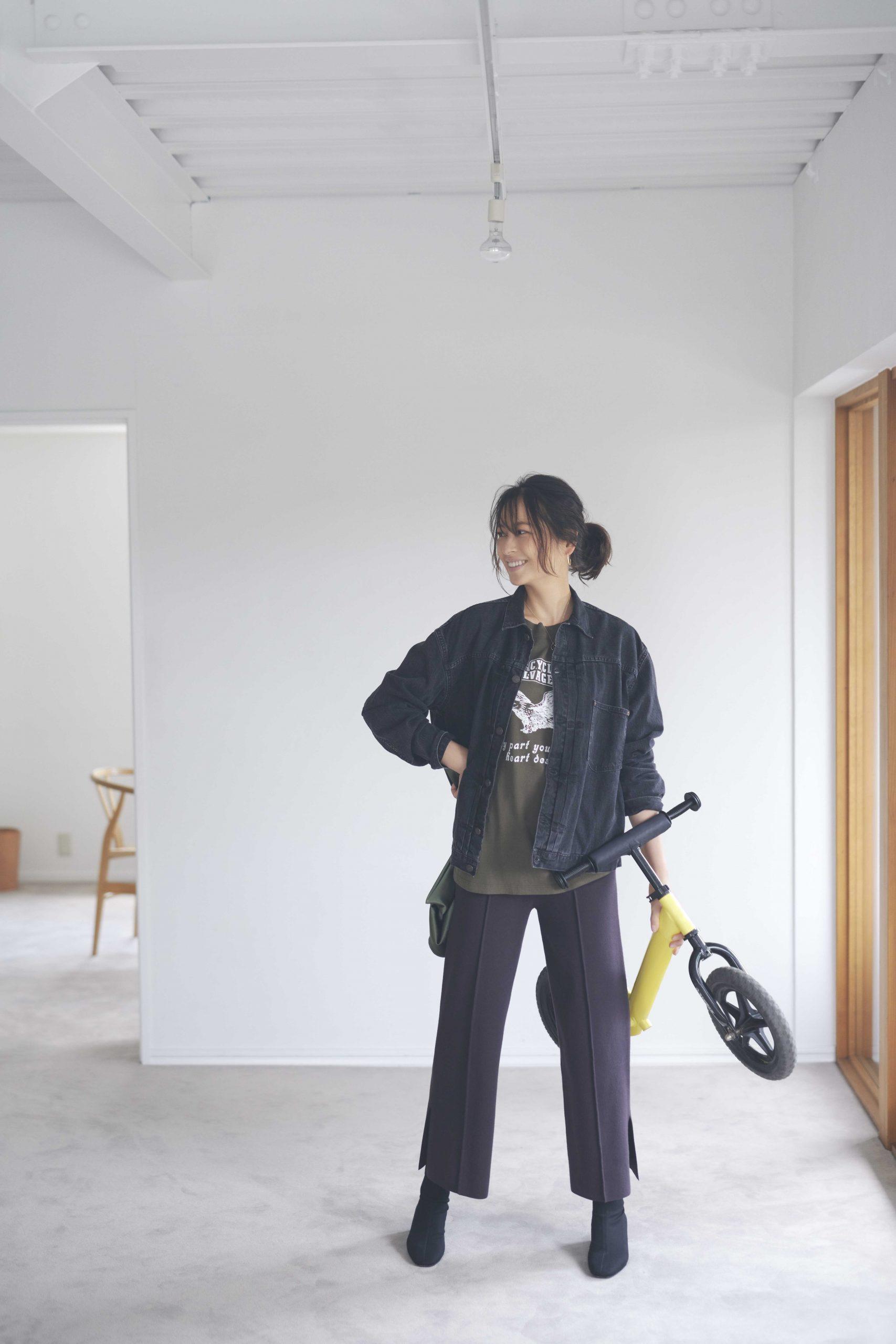30代ファッションを着こなすモデル青木裕子さん。きれいめな公園コーデ。