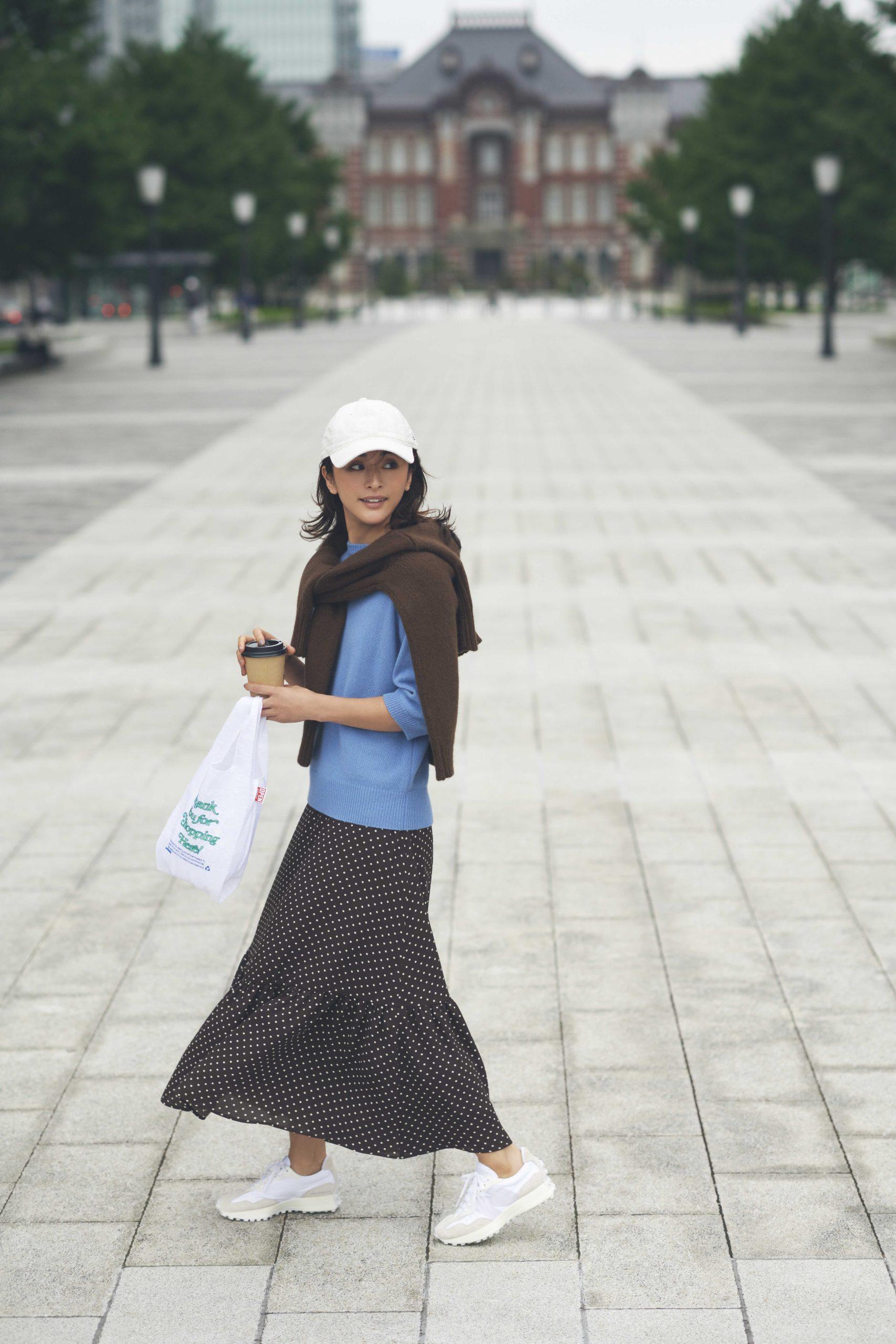 30代ファッションの人気コーデ。モデルはクリス-ウェブ 佳子さん。ドットスカートにキャップとスニーカーのカジュアルミックスコーデ。
