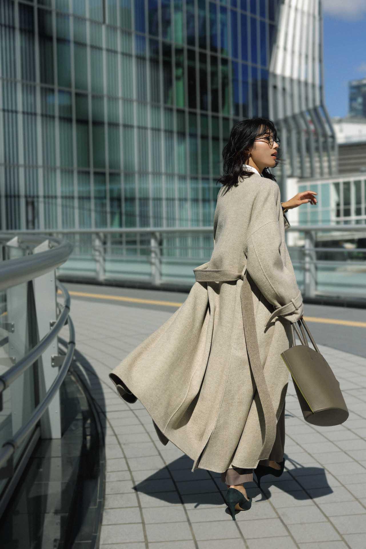 30代ファッションのお手本コーデ。エブールのコートを着るモデル牧野紗弥さん。