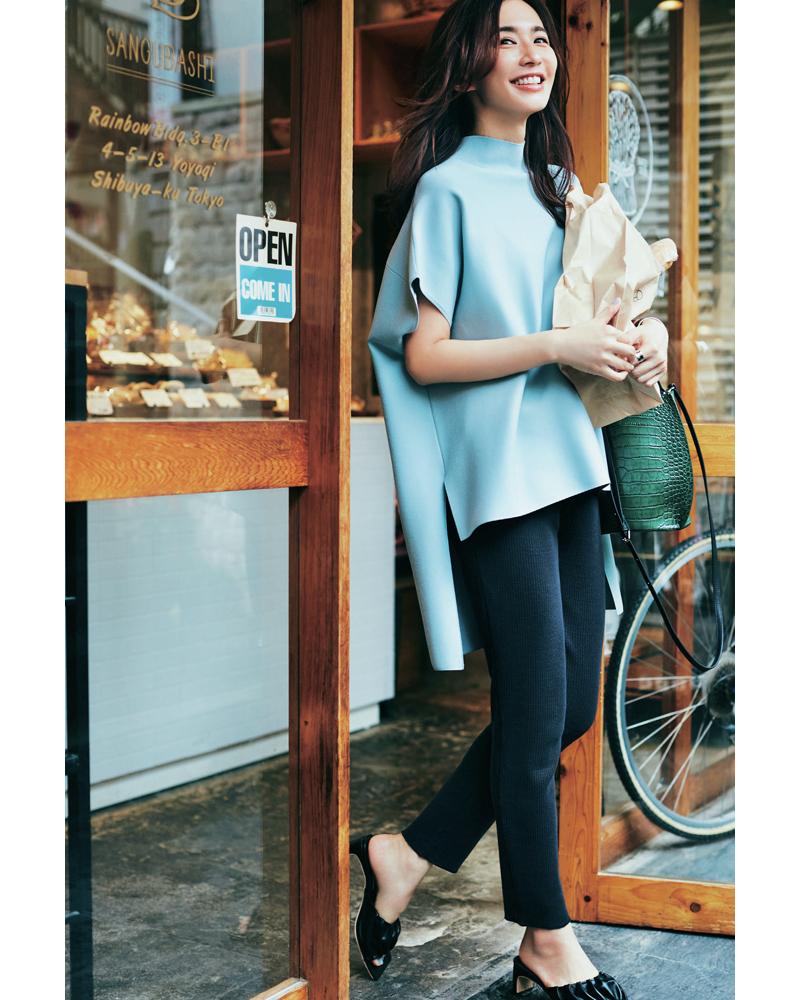 30代ファッションのお手本コーデ。黒パンツを穿きこなす優木まおみさん。