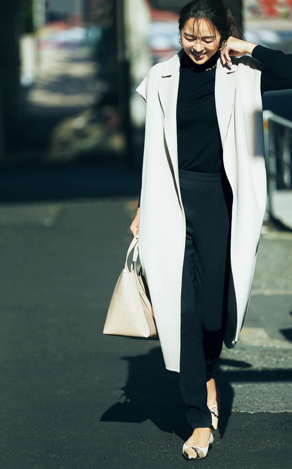 30代ファッションのお手本。全身黒のきれいめコーデにジレでスタイルよく。モデルは鈴木六夏さん。