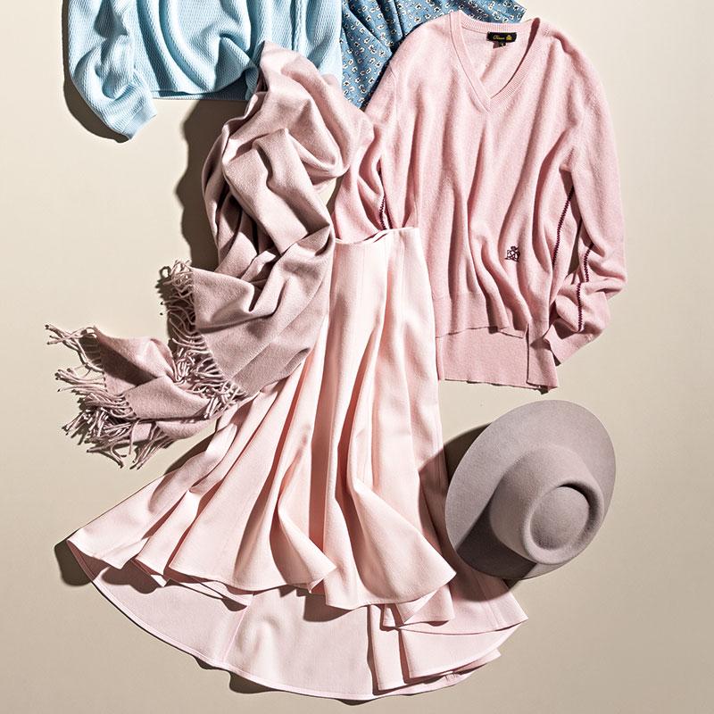 [上から]可愛げのあるピンクをロゴとサイド刺繍がレトロに仕上げて。ニット[11月展開予定]¥73,000(ドゥロワー/ドゥロワー六本木店)極上のカシミヤが紡ぐニュアンスピンクは、幸せを感じさせてくれる逸品。ストール¥69,000(ベグ アンド コー/ボーダレス)色もシルエットもふんわり優しい。スカート¥115,000(マディソンブルー)大人っぽいくすみピンク。初心者はまず小物から。ハット¥10,000(メゾンドリリス)