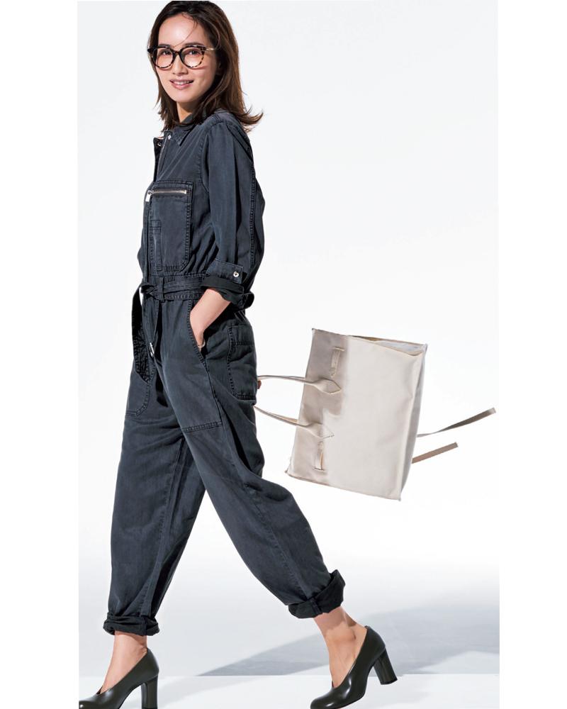 30代ファッションのお手本コーデを着こなすモデルの辻元舞さん。身長150㎝台でも着られるZARAのオールインワンを着て。