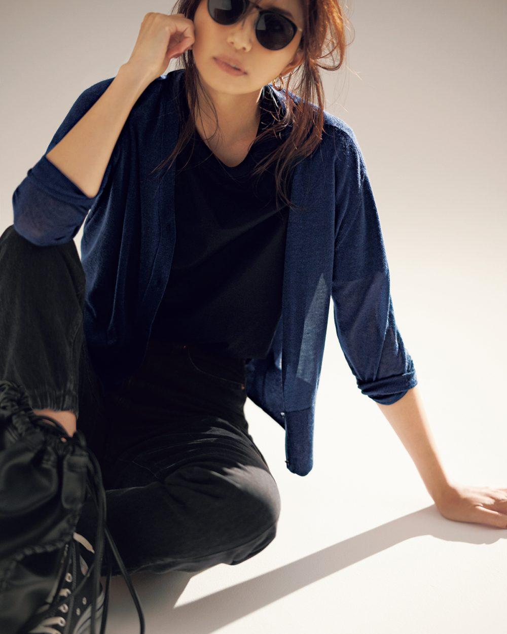 30代ファッションのお手本コーデ。アンクレイヴのニットを着るモデル東原亜希さん。